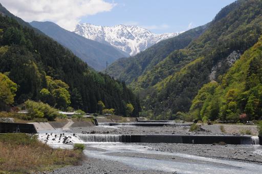 南アルプスの登山口・長野県大鹿村。小渋川の向こうに赤石岳を望む。