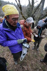 リニアルート上、品川から245キロ地点の放射線量を測る井上さん(左)ら
