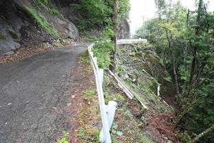 大鹿村中心部から釜沢地区へ向かう県道赤石岳公園線。こんな狭い道にも工事車両が行き交うことになる