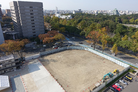 名古屋城に近い「名城非常口」予定地。樹木は刈られ、公園の面影はない。