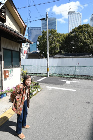 鈴木さん宅から椿神社の森の向こうにJRゲートタワー(中央)が見える